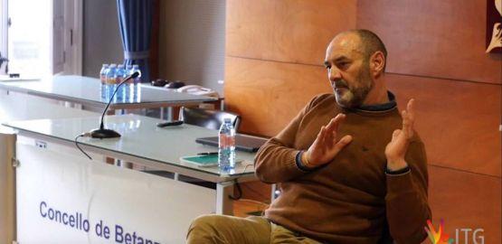 Secundino López  explicando el uso de la herramienta del niño interior en enfermos de adicciones